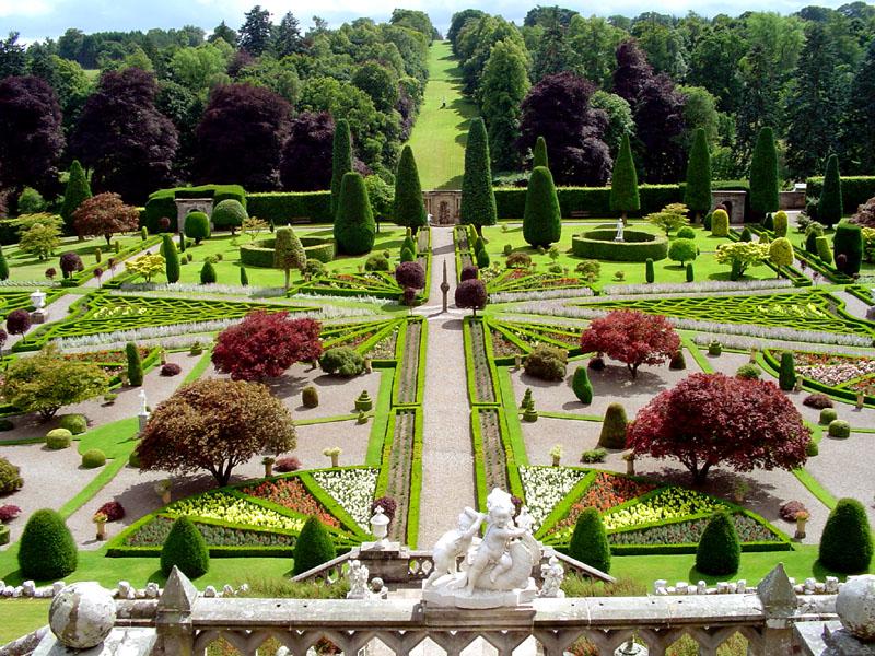 0_GOM09 Drummond Castle Gardens main view Jul